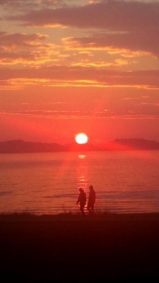 Mennesker i en solnedgang