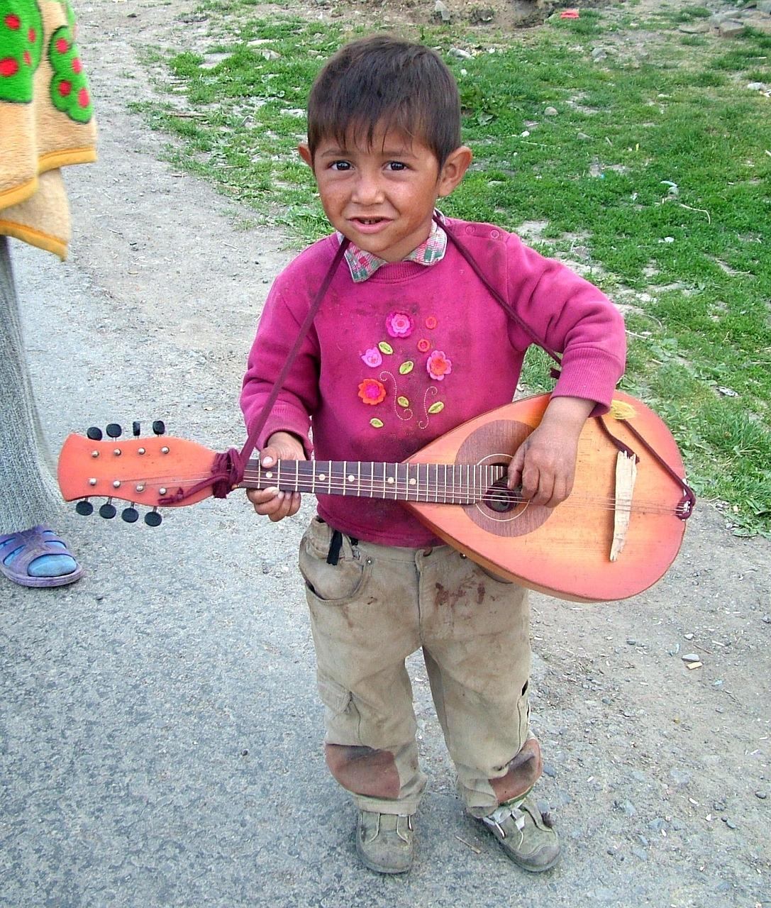 Romanigutt i Romania med gitar